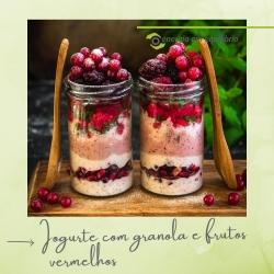 ⭐ POTE DE IOGURTE COM GRANOLA E FRUTOS VERMELHOS ⭐  ⠀⠀⠀⠀⠀⠀⠀⠀⠀⠀ Ingredientes: ⠀⠀⠀⠀⠀⠀⠀⠀⠀⠀ 👉  2 Iogurtes vegetais e/ou kefir 👉  frutos vermelhos congelados q.b. 👉  4 morangos frescos 👉  granola a gosto e aveia biológica ⠀⠀⠀⠀⠀⠀⠀⠀⠀⠀ Preparação: ⠀⠀⠀⠀⠀⠀⠀⠀⠀⠀ Com a varinha mágica ralar em puré os morangos e adicionar a um iogurte. Colocar no frasco um pouco do preparado, em seguida juntar a granola e aveia e na camada seguinte o iogurte sem mistura, mais uma camada de granola e a seguinte, o restante iogurte com morango. Para finalizar enfeitar com uma pequena quantidade de granola e os frutos vermelhos congelados. ⠀⠀⠀⠀⠀⠀⠀⠀⠀⠀ Nota: pode ser polvilhado com canela e raspa de limão Delicie-se com este snack ou pequeno almoço saudavel! 😜  ⠀⠀⠀⠀⠀⠀⠀⠀⠀⠀ #energiaemequilibrio #bemestar #receita #iogurtebiologico #granola #produtosbiologicos #produtosnaturais #aveiro #biologico #alimentacaosaudavel